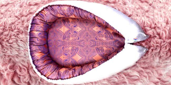 Hnízdečko pro miminko Kolorita Nuvo. Nádherný damašek s růžovofialovým ametystem. Příjemné na dotek, dokonalý střih a velikost.