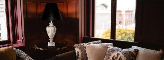 Keramická stolní lampa Viktoria v obýváku
